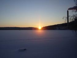 Talvinen maisemakuva jään yli Jyväskylän Energiasta auringonlaskun aikaan.