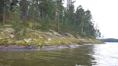 Rantakuva järveltä päin Lohjalla.