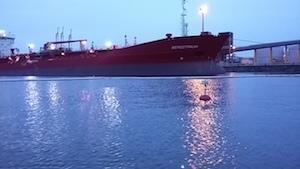 Kokkolan sataman edessä laiva ja sameusmittaus poiju.