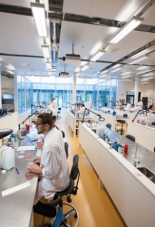 Laborantti työnsä äärellä SLU laboratoriossa.