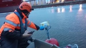 Kokkolan satama-altaassa asentaja asentamassa dataloggeria poijuun.