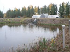 Pohjaveden havaintoputki ja imeytyskenttä.