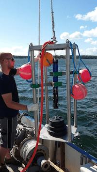 Tvärminnen YSI-sondin asennuskuva laivan kannelta merellä.