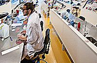 Laborantti analysoimassa vesinäytteitä laboratoriossa.