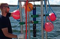 Sameusmittaus YSI YDOC-poiju merellä. Kuva linkkinä merialue seuranta sivulle.