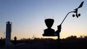 Iltakuva Biolanin tehdasalueelta Masinotekin sääasemasta ja virtaamamittauslaitteesta