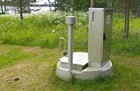 Mankkuputkeen kytketty pumppaamoiden virtaamamittauksen etäseurantayksikkö maanalaisessa mittakaivossa, kuva linkkinä Vesilaitosten pumppaamoiden sivulle.