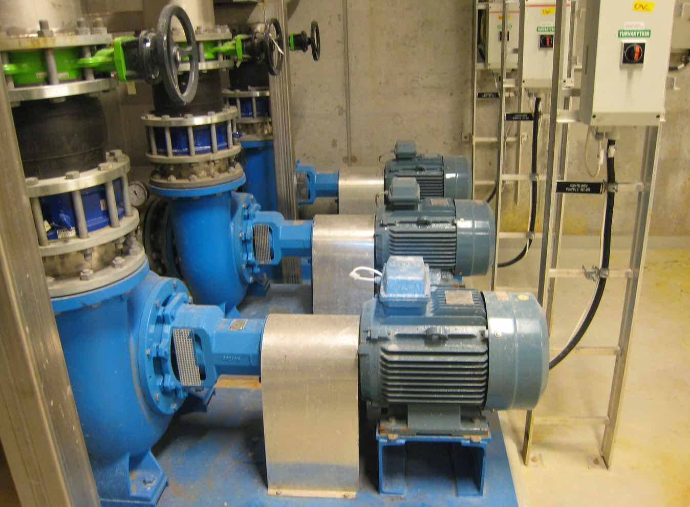 Laitoskuva huuhteluveden pumpuista.