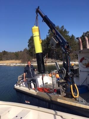 Tukholman Itämeren tutkimusasemalla työskentelevä mies tutkimuslaivan kannella mittauslaitteiden ympäröimänä.